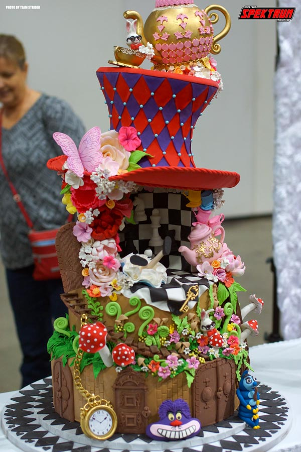 Loving this Alice in Wonderland themed cake. Just epic